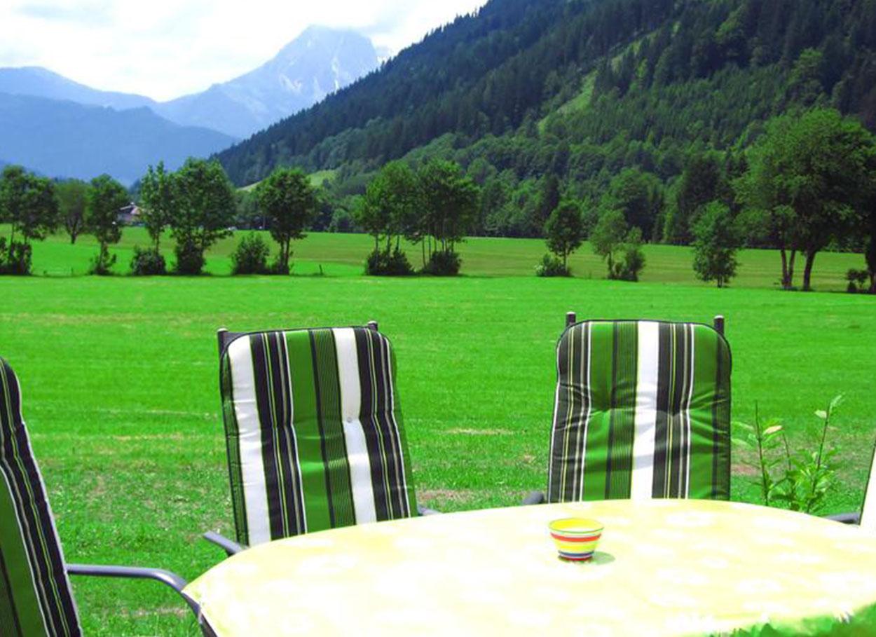 Sommeraufenthalt Werfenweng - Sitzgruppe im GArten für die Gäste des Oberlehengut