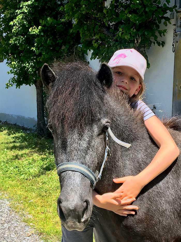 Pony mit Kind am Bauernhof Oberlehengut in Werfenweng