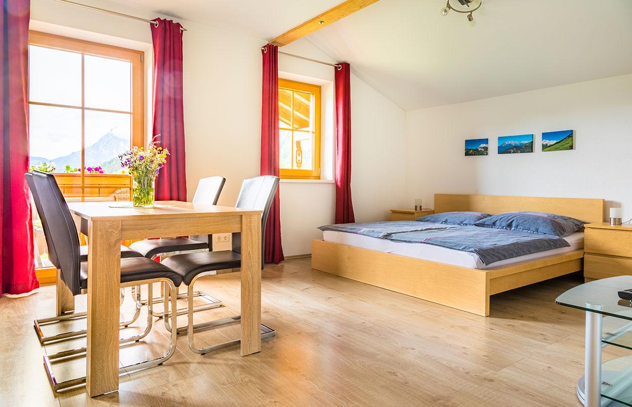 großer Wohnschlafraum in der Ferienwohnung Alpenappartement Oberlehengut in Werfenweng im Land Salzburg