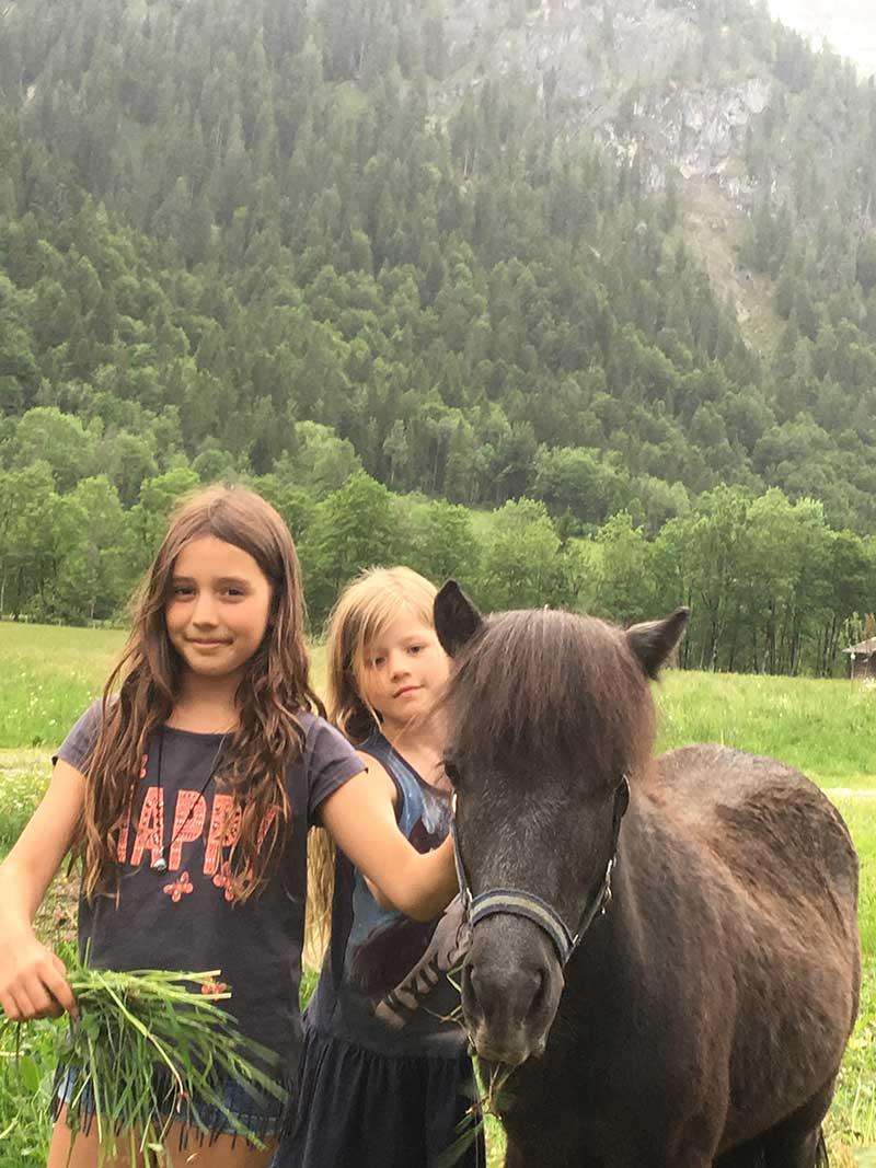 Ponys mit Kindern am Oberlehengut in Werfenweng ein Highlight für die Gäste der Ferienappartements des Bauernhofes in Werfenweng